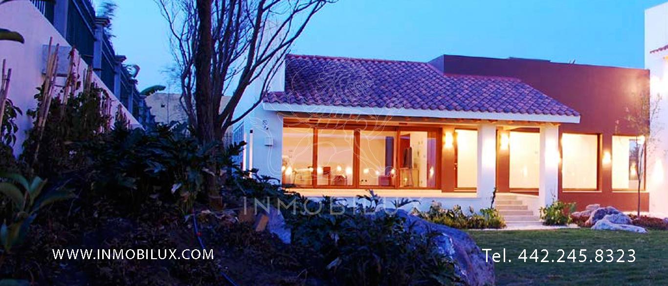 jardín y fachada casa en club de golf El Campanario